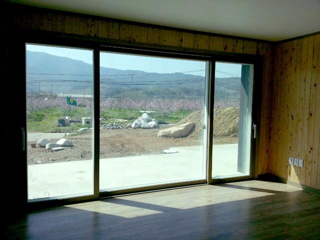 창문 작업 시에는 창호 무게를 견딜 수 있게 보강작업을 튼튼히 해야 한다.