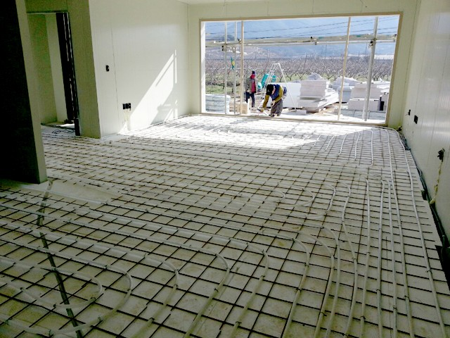 주택난방을 위한 바닥 배관작업 과정